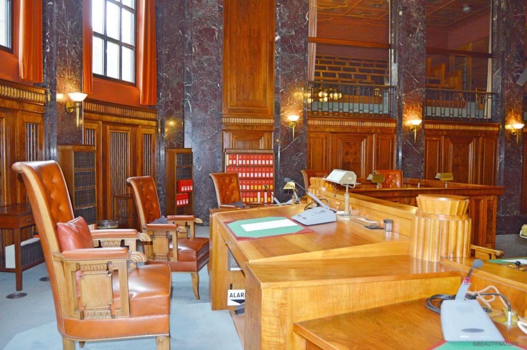Gerichtssaal-min