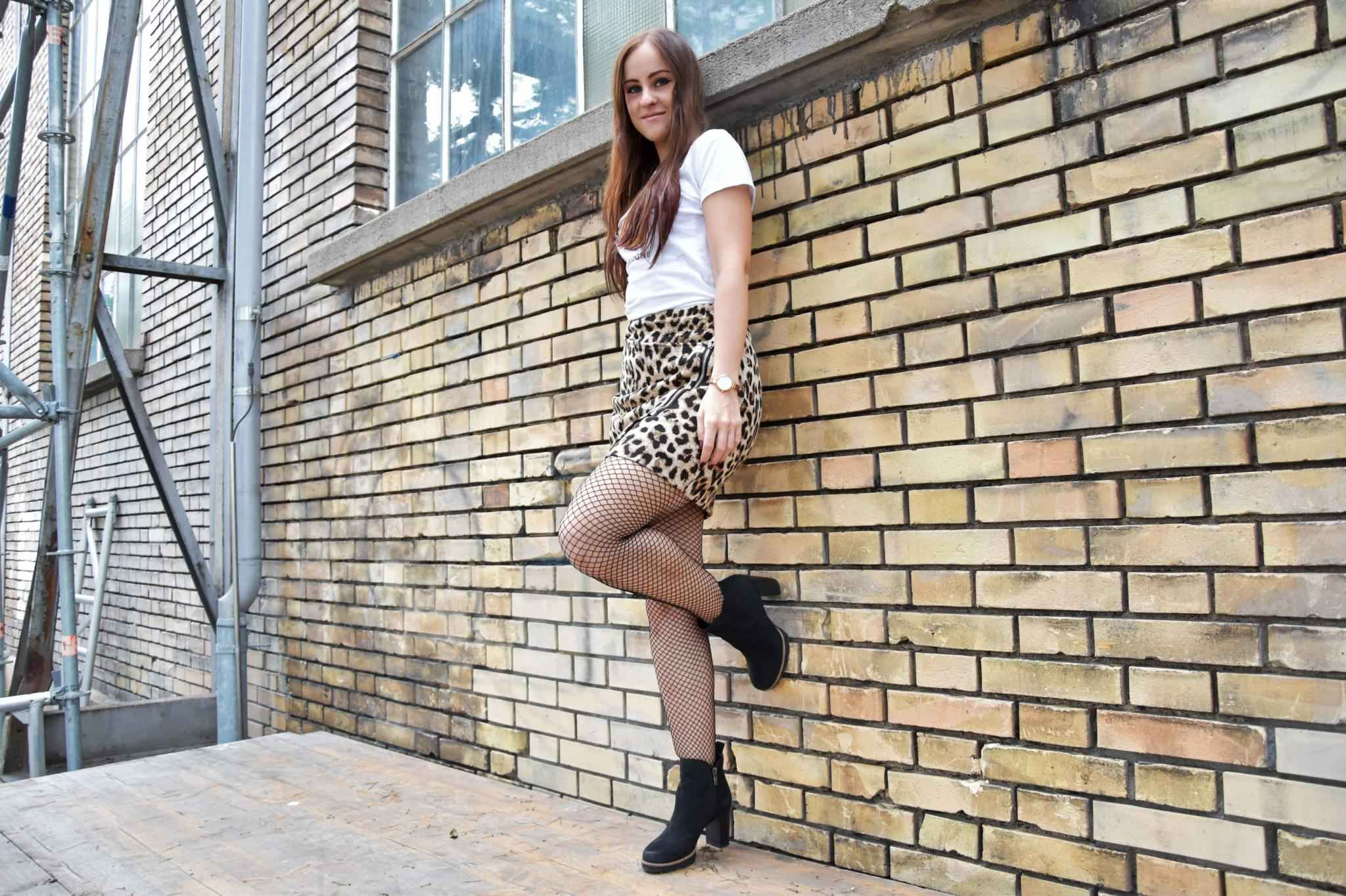 ootd, Fashion, Fashionblogger, Fashionblog, H&M, Outfit Leopard Mini Skirt, Fishnet Tights, Statement Shirt